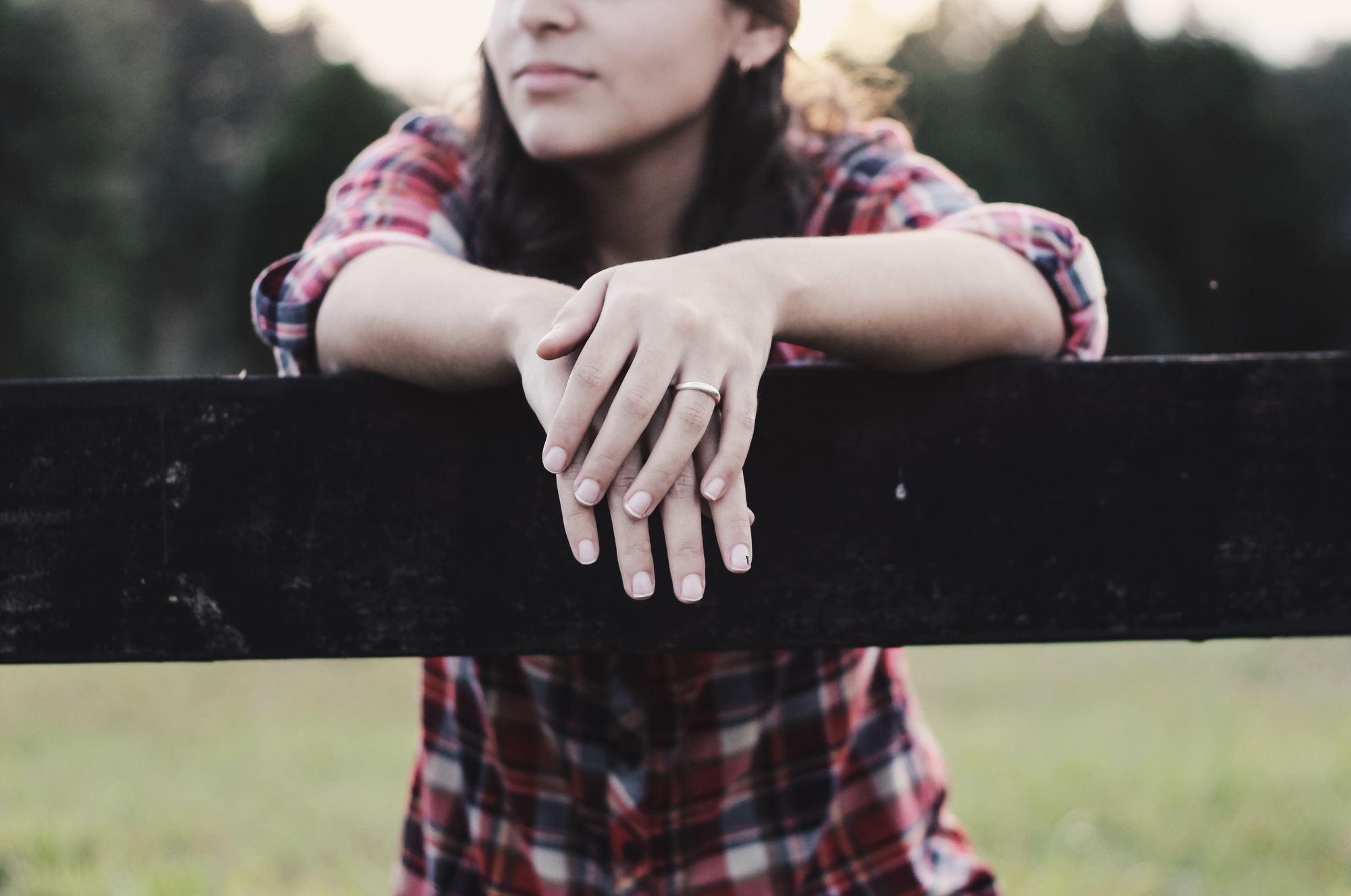 fake wedding ring for travel jaelynn-castillo-58387-unsplash